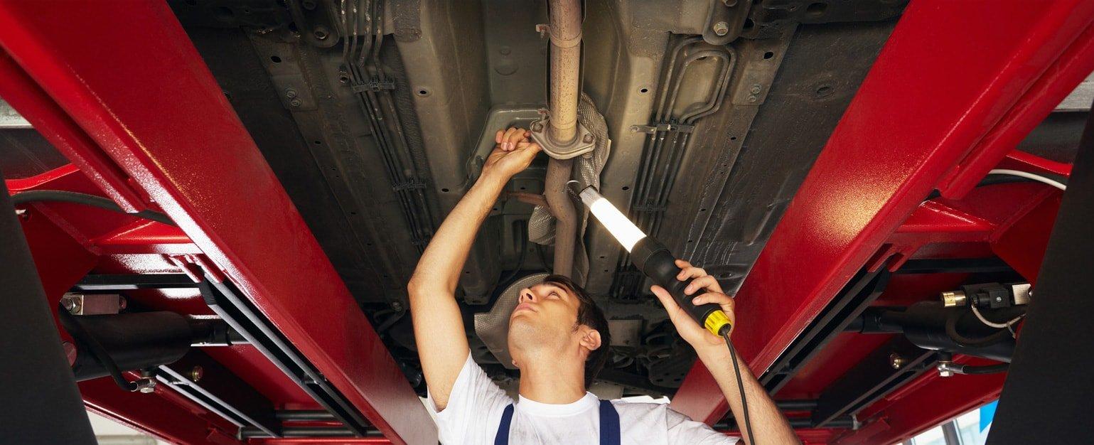 mechanik-naprawiajacy-samochod