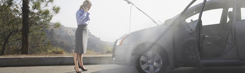 kobieta dzwoni po pomoc drogową